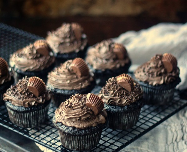 peanut-butter-cup-stuffed-cupcakes-square